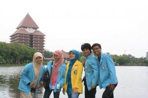 Di depan Danau UI, belakang Balairung..