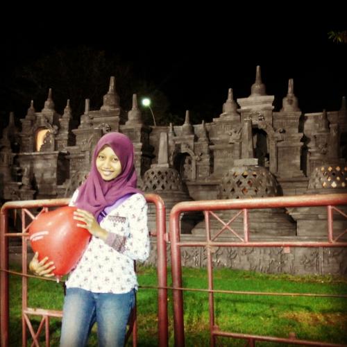 Foto di depan replika candi Borobudur..