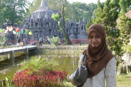 Replika Candi Borobudur masih awet berdiri..