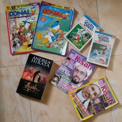 Majalah Donal Bebek @Rp 4.000,- Komik Doraemon @Rp 5.000,- Majalah Alkisah @Rp 3.500,- (kasian yang jual udah tua); Buku Ayah Rp 30.000,-